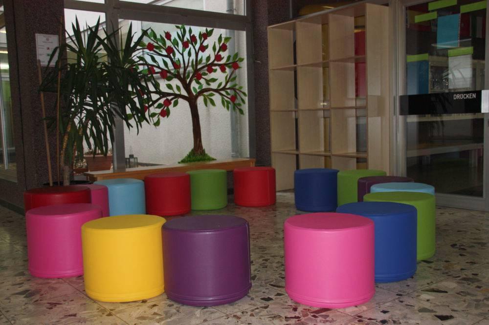 neue sitzgelegenheiten f r die schule grundschule kuhstra e. Black Bedroom Furniture Sets. Home Design Ideas