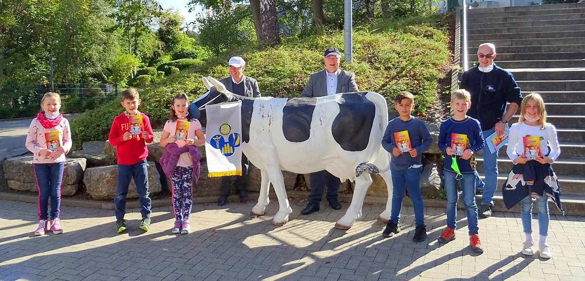 Rotarier übergeben Bücherspende